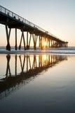 Hermosa Strand-Pier-Sonnenuntergang-Sonnendurchbruch-niedrige Gezeiten Stockbild