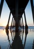 Hermosa Strand-Pier-Sonnenuntergang unter Pier Stockfoto