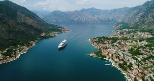 Hermosa vista aérea de la bahía de Kotor Barco de cruceros atracado en día de verano hermoso almacen de metraje de vídeo