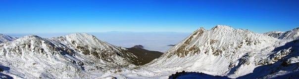 Hermosa vista abajo del valle del pico de Bucura, en las montañas de Retezat Foto de archivo libre de regalías