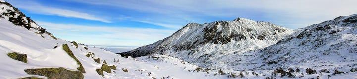 Hermosa vista abajo del valle del pico de Bucura, en las montañas de Retezat Foto de archivo