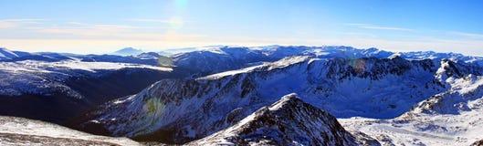 Hermosa vista abajo del valle del pico de Peleaga, en las montañas de Retezat Foto de archivo libre de regalías