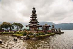 Hermosa vista al lago con el templo imagenes de archivo