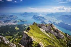 Hermosa vista al lago lucerne (Vierwaldstattersee), montaña Ri Fotos de archivo