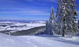 Hermosa vista antes de esquiar abajo de la montaña Imagen de archivo libre de regalías
