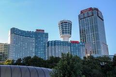 Hermosa vista de altos hoteles constructivos en fondo del cielo azul ontario canad? fotos de archivo libres de regalías
