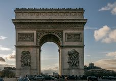 Hermosa vista de Arc de Triomphe en la puesta del sol, París, Francia imagen de archivo