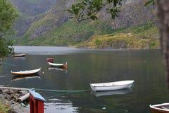 Hermosa vista de barcos, del mar y de montañas Islas de Lofoten, Noruega Imagenes de archivo