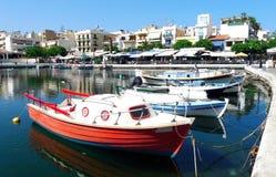 Hermosa vista de barcos en el lago en Grecia foto de archivo