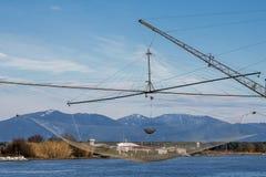 Hermosa vista de Boccadarno a través de una red de pesca del descenso del paraguas, Marina di Pisa, Toscana, Italia Imagen de archivo libre de regalías