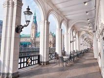 Hermosa vista de edificios históricos y del río de Alster Imagen de archivo libre de regalías