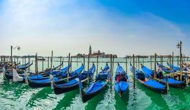 Hermosa vista de góndolas tradicionales en el canal grande con San Fotos de archivo