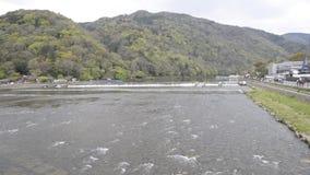 Hermosa vista de Katsura River y de las colinas de Arashiyama, Kyoto, Japón almacen de video