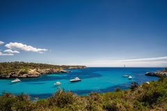 Hermosa vista de la bahía con agua y los yates de la turquesa en el parque nacional de Cala Mondrago en la isla de Mallorca imagenes de archivo
