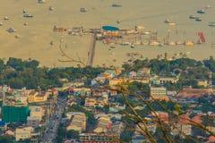 Hermosa vista de la bahía del Ao Chalong, visión aérea desde el Buddh grande Imagenes de archivo