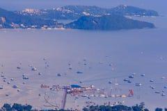 Hermosa vista de la bahía del Ao Chalong, visión aérea desde el Buddh grande Imagen de archivo