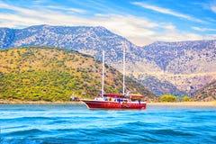 Hermosa vista de la bahía del mar y de los yates de placer en un día de verano soleado, Turquía Foto de archivo libre de regalías