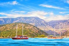 Hermosa vista de la bahía del mar y de los yates de placer en un día de verano soleado, Turquía Imagen de archivo
