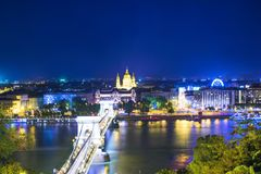 Hermosa vista de la basílica del santo Istvan y del puente de cadena de Szechenyi a través del Danubio en Budapest Imagen de archivo