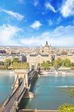 Hermosa vista de la basílica del santo Istvan y del puente de cadena de Szechenyi a través del Danubio en Budapest Imagen de archivo libre de regalías