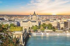 Hermosa vista de la basílica del santo Istvan y del puente de cadena de Szechenyi a través del Danubio en Budapest Imágenes de archivo libres de regalías