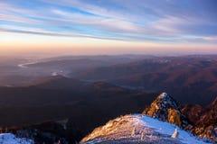 Hermosa vista de la bobina del río de Olt a través de las montañas foto de archivo