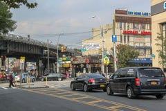 Hermosa vista de la calle en la vecindad de Brighton Beach Tráfico de coche y concepto de la gente Nueva York EE.UU. imagenes de archivo