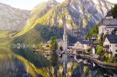 Hermosa vista de la ciudad de Hallstatt y del lago alpinos Hallstattersee Salzkammergut, Austria Foto de archivo