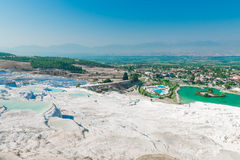 Hermosa vista de la ciudad de la colina Pamukkale Imagen de archivo