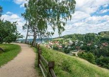 Hermosa vista de la ciudad de Ples con las altas montañas Fotos de archivo