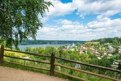 Hermosa vista de la ciudad de Ples con las altas montañas Imagen de archivo