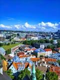 Hermosa vista de la ciudad desde arriba y del cielo azul con las nubes foto de archivo libre de regalías