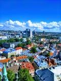 Hermosa vista de la ciudad desde arriba y del cielo azul con las nubes fotografía de archivo libre de regalías