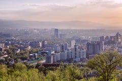 Hermosa vista de la ciudad grande en las montañas en la puesta del sol Imágenes de archivo libres de regalías
