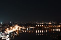 Hermosa vista de la ciudad Kyiv, Ucrania de la noche imagen de archivo