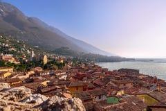 Hermosa vista de la ciudad Malcesine y de las montañas de las montañas en Lago di Garda, opinión del horizonte V?neto, Italia imagen de archivo libre de regalías