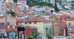 Hermosa vista de la ciudad vieja y de las casas coloridas de Villefranche-sur-Mer almacen de video