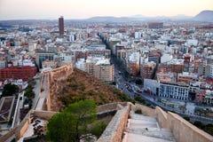 Hermosa vista de la ciudad y del soporte viejos Benacantil de Santa Barbara Castle Disfrutar de la puesta del sol Alicante, Españ imagen de archivo