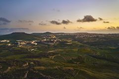 Hermosa vista de la colina en la puesta del sol foto de archivo