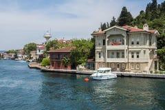 Hermosa vista de la costa costa de Bosphorus en Estambul con las casas y el barco de madera exquisitos Imagenes de archivo