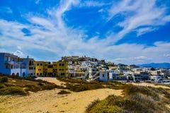 Hermosa vista de la costa costa con el pequeño pueblo blanco en la isla Naxos en Grecia fotografía de archivo