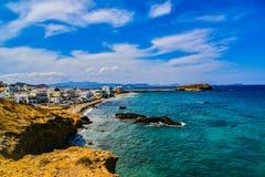 Hermosa vista de la costa costa con el pequeño pueblo blanco en la isla Naxos en Grecia fotos de archivo