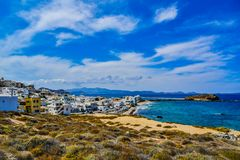 Hermosa vista de la costa costa con el pequeño pueblo blanco en la isla Naxos en Grecia imagenes de archivo