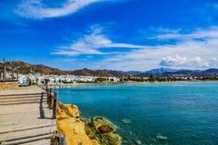 Hermosa vista de la costa costa con el pequeño pueblo blanco en la isla Naxos en Grecia imagen de archivo libre de regalías