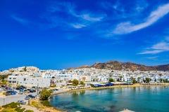 Hermosa vista de la costa costa con el pequeño pueblo blanco en la isla Naxos en Grecia imágenes de archivo libres de regalías