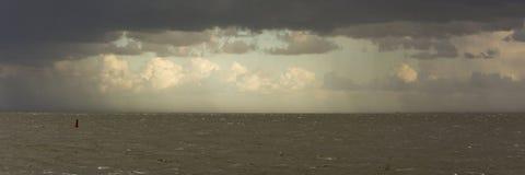 Hermosa vista de la costa este de Texel, de una isla holandesa de wadden, del cloudscape impresionante y del eveninglight fotos de archivo libres de regalías
