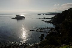 Hermosa vista de la costa de mar con resplandores del sol foto de archivo libre de regalías