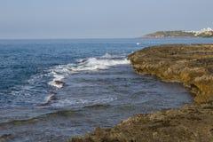 Hermosa vista de la costa de mar rocosa fotos de archivo