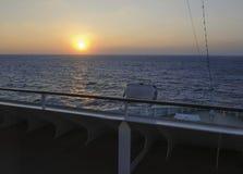 Hermosa vista de la cubierta del barco de cruceros en el amanecer de la salida del sol Fotos de archivo libres de regalías