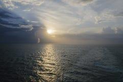 Hermosa vista de la cubierta del barco de cruceros en el amanecer de la salida del sol Imagen de archivo